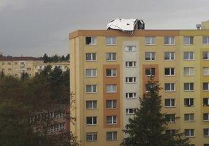 Na paneláku v Olomouci přistála zřejmě část jiného domu. Vítr se Českem prohnal rychlostí až 90 km/h (30.10.2018)