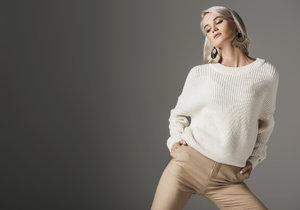 Kašmírový svetr a padnoucí kalhoty jsou základem každého správného šatníku.