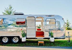 Designový retro přívěs je skvělé místo pro bydlení i pořádání párty
