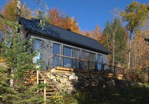 Domov na stáří zdobí výrazné prosklení a sněhobílý interiér