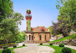 Pohled na vilu od Antoni Gaudího posetou dlaždicemi s motivem slunečnic bere dech