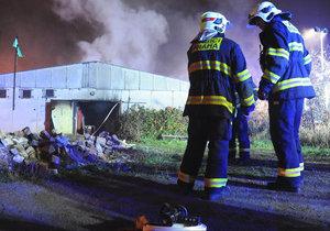 Krušná noc pražských hasičů: Nejprve hasili vybydlený objekt, následně i ubytovnu plnou lidí