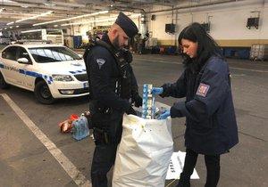 Pražští celníci odhalili v ukrajinském autobusu přibližně 100 neokolkovaných kartonů cigaret.
