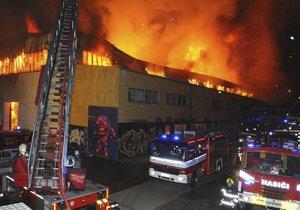 Hasiči zkrotili velký požár v Kolbenově ulici.