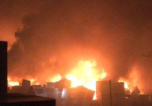 Dvě stě padesát hasičů zasahovalo v Letech. Po 21 hodinách oheň zkrotili