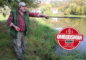 Rybář Pavel Koníček ukazuje na místo, kde se málem utopil.