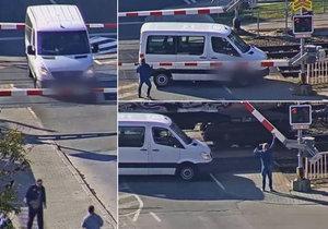 VIDEO: Neskutečný hazard! Řidič vjel na přejezd, když spadly závory, vlak ho těsně minul