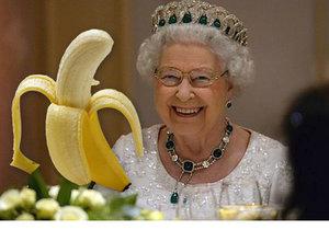 Královna Alžběta II. jí banán příborem.