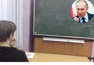 """Žáci a studenti škol v různých končinách Ruska mají novou zábavu: na tabuli v učebně napíší """"Putin vor"""" (Putin je zloděj), aby nápis vzápětí vyfotili a snímek zveřejnili na sociálních sítích"""