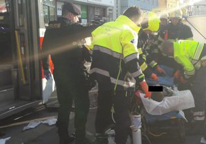 23letý mladík skončil pod koly tramvaje. Zenklova ulice, 17. 11. 2018