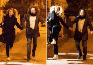Richard Genzer po večírku StarDance poskakoval s přítelkyní na chodníku po cestě domů.