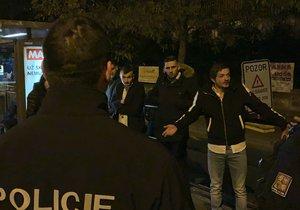 Policisté museli pacifikovat skupinku mužů, kteří ve Strašnicích v sobotu napadli ženu.