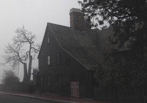 Salem, Massachusetts, USA. Salem je místo, kde vykonávaly čarodějnice zkoušky. Svědci říkají, že vidí duchy oběšených žen. Dům je celkově velmi depresivní a prý se zde houpací křeslo pohybuje samo od sebe.