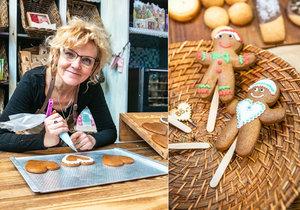 Hanka perníčky den co den peče a zdobí v Gingerbread museu už šest let. Práci zbožňuje, protože každý den může tvořit pokaždé něco jiného.
