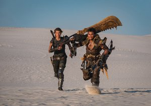 Milla Jovovich a Tony Jaa ve snímku Monster Hunter.
