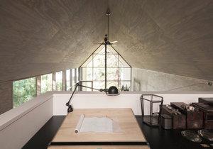 Minimalistický dům nabízí skromný ale útulný interiér s výhledem do korun stromů