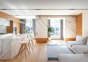 Elegantní apartmán zdobí vkusný design, světlé dřevo a bílý mramor