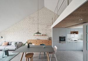 Moderní dům s šikmými stěnami nabízí originální bydlení pro malé dítě i rodiče, kteří pracují z domova