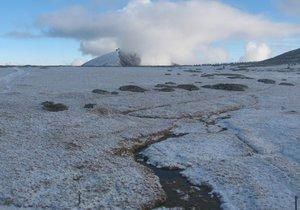 Svratouch už je pokrytý sněhem.
