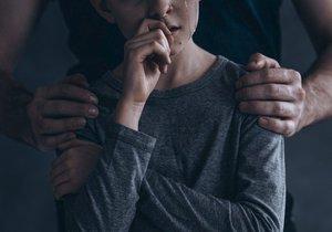 V 11 letech musel mít sex se svou macechou. Otec tak chtěl zabránit, aby byl jeho chlapec homosexuální (ilustrační foto)
