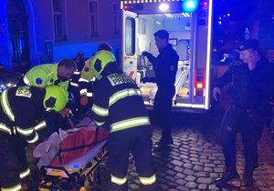 Ošklivá nehoda ve Vršovicích: Mladík (20) spadl na stavbě z římsy a nabodl se na drát!