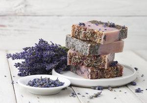 Doma vyrobené voňavé levandulové mýdlo udělá radost každému.