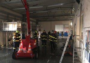 Požár zachvátil průmyslovou halu v pražských Kyjích.
