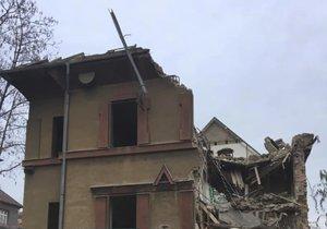 Památkově chráněnou vilu na Vinohradech začali bourat.