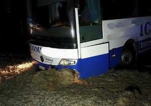 Na Pardubicku kvůli ledovce havaroval autobus.