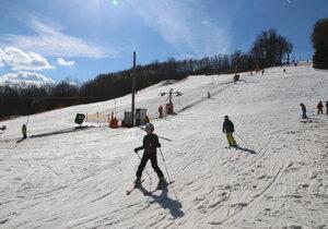 V Němčičkách na Břeclavsku už začala lyžařská sezóna. Stejně jako loni vyrazily na svah nejprve děti.