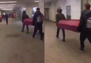 Dva muži v moskevském metru nesli rakev