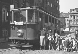 Vůz mateřských škol vozil po Praze děti na výlety v 50. a 60. letech minulého století.