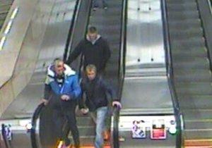 Policie hledá podezřelé z napadení muže v metru ve stanici Skalka.