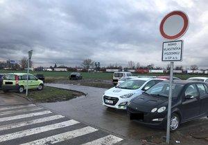 Pole u metra Letňany jako rozbahněné parkoviště: 40 přestupků denně, zákaz vjezdu řidiče neodradil