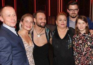 Pavla Tomicová s manželem Ondřejem Malým, dcerou Anežkou, synem Adamem, sestrou Naděždou Chrobokovou a tanečníkem Markem Dědíkem s jeho přítelkyní