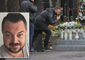 Jana Kočka st. poslal na hrob svého syna vzdušný polibek.