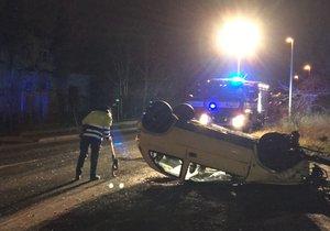 Ve Štěrboholech skončilo auto na střeše.