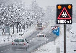 Sníh komplikuje na řadě míst dopravu. Bez letních gum by řidiči neměli rozhodně vyjíždět. Sněžit má na některých místech i během dne.