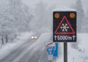 Sníh komplikuje na řadě míst dopravu.