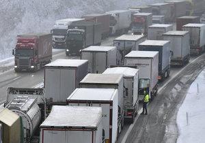 Komplikace na D1 se tuto zimu objevily opakovaně. Řidiči si postáli dlouhé hodiny