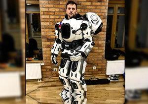 Z ruského robota se vyklubal podvrh. Jde o člověka v obleku.