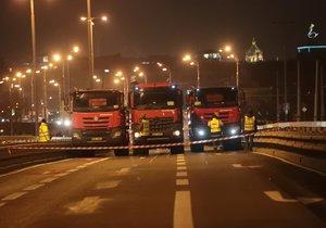 Zatěžkávací zkoušky mostu u stanice metra Vltavská