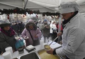 Lidé z žižkovské radnice rozlévali na náměstí Jiřího z Poděbrad rybí polévku.