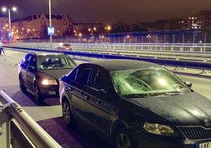 Na Nuselském mostě srazil v noci ze soboty na neděli osobní vůz ženu. Ta utrpěla vážně poranění hlavy.