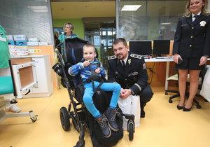 Malý Péťa skončil kvůli dopravní nehodě s poškozenou míchou. Přesto se nevzdává a bojuje, aby i ve svých šesti letech mohl žít normální život. Ve čtvrtek mu do nemocnice přišli udělat radost dopravní policisté.