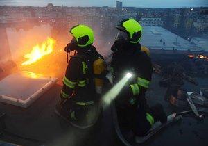 Pražští hasiči na Boží hod likvidovali požár střechy ve Vršovicích.