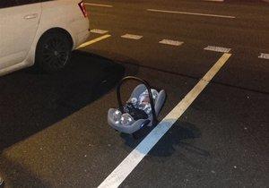 84bf211a696 Rodiče zapomněli miminko na parkovišti v Mladé Boleslavi  Leželo na zemi  před autoservisem