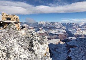Sníh zaskočil ve středu obyvatele pouštních oblastí na jihozápadě Spojených států. Zatímco v Arizoně či Nevadě pokryla kaktusy bílá pokrývka, v Anchorage na Aljašce bylo s téměř šesti stupni Celsia vlahé ovzduší. (2.1.2019)