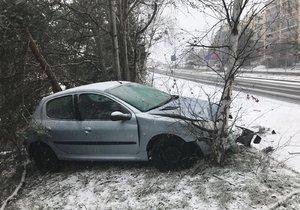 Silnice zaváté sněhem a problémy: V Kobylisích vylétl vůz z vozovky, ve Velkých Přílepech stojí kolony