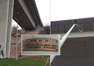 Pod Nuselským mostem je speciální lampa. Vzpomíná na sebevrahy, kteří z něj skočili.